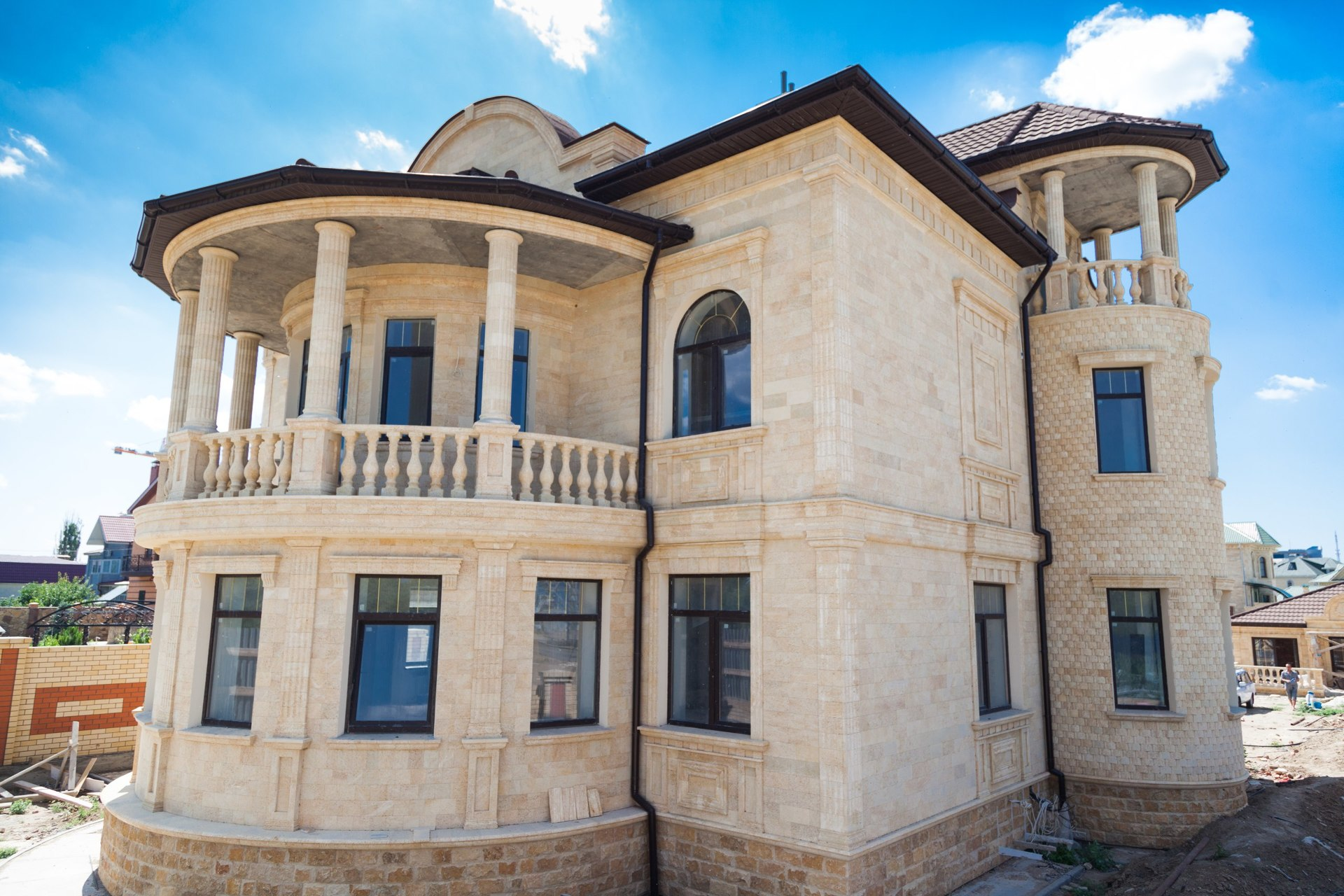 фасад дома из дагестанского камня фото