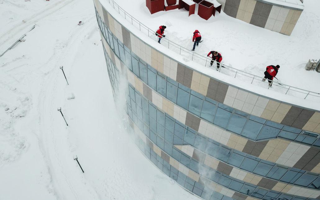 Боремся с снегом на крыше дома